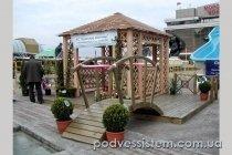 Деревянный мостик для оформления ландшафта