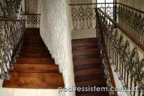 Лестница с деревянными ступенями, кованные перила