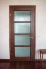 Деревянная дверь с матовым рифленым стеклом