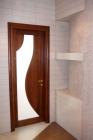 Деревянная дверь в ванную с фигурным стеклом